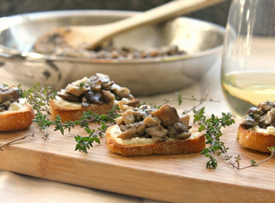 mushroom-bruschetta-on-crunchy-cheese-toasts